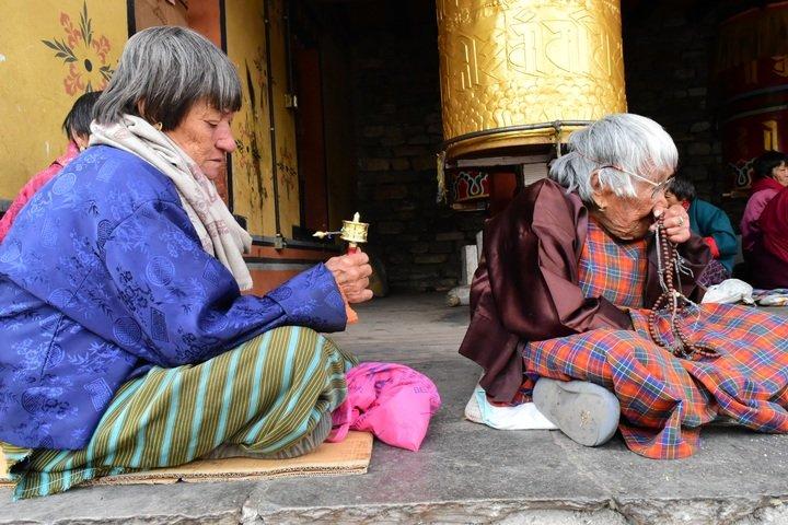 Personas mayores sentadas en el suelo.   Foto: Pxhere