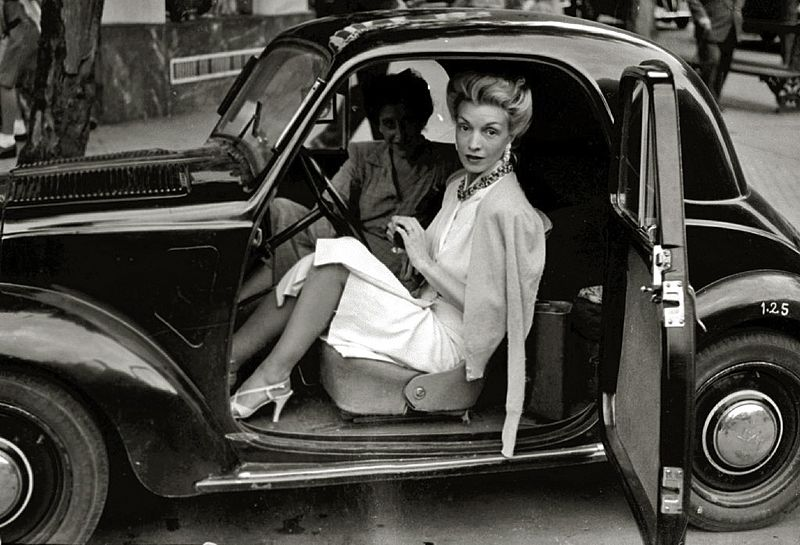 Conchita Montenegro, famosa actriz española, subida a un automóvil en San Sebastián (Guipúzcoa). Año 1940. | Imagen: Wikimedia Commons