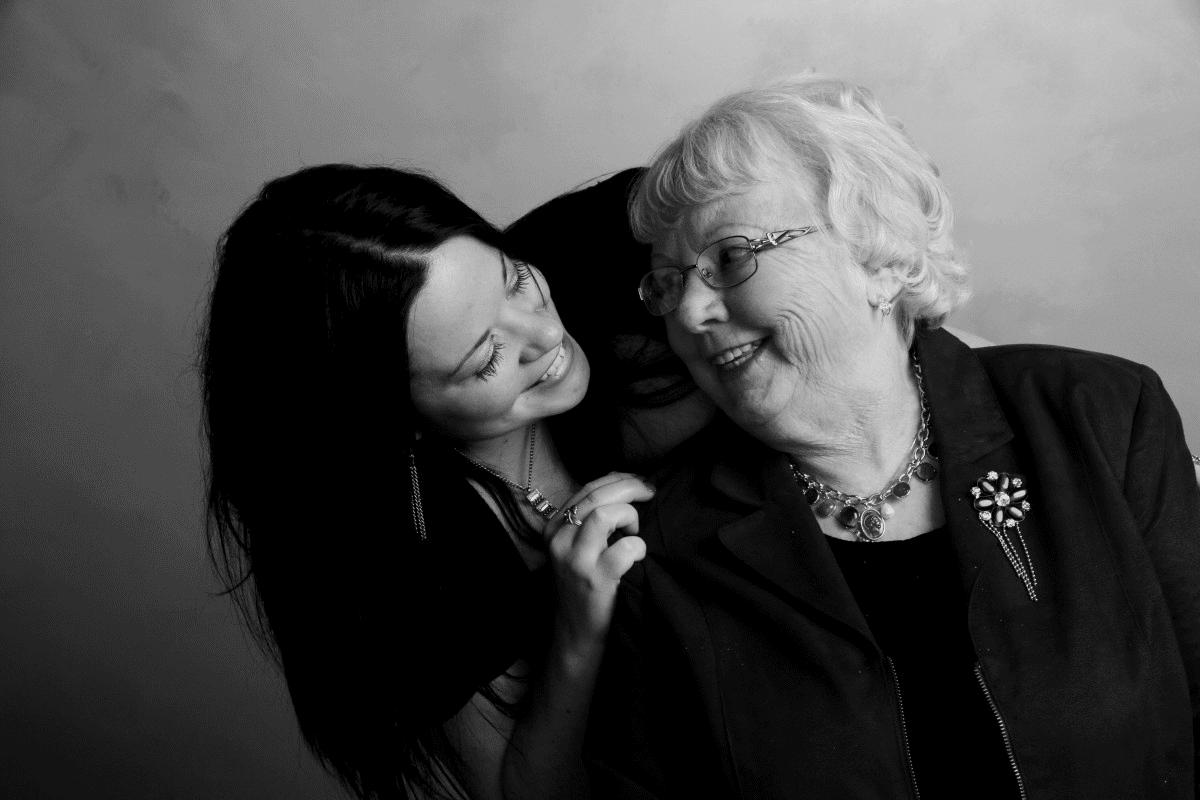 Nieta y abuela. | Imagen tomada de: PxHere