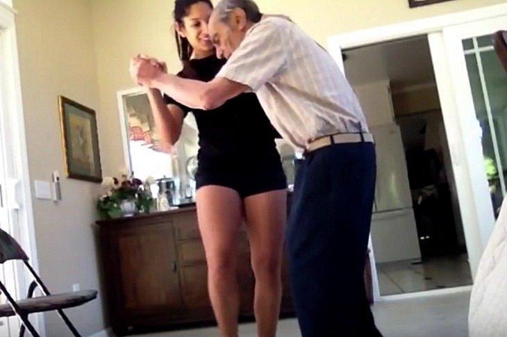 Raquel bailando con su abuelo| Foto: YouTube / Entergalactic