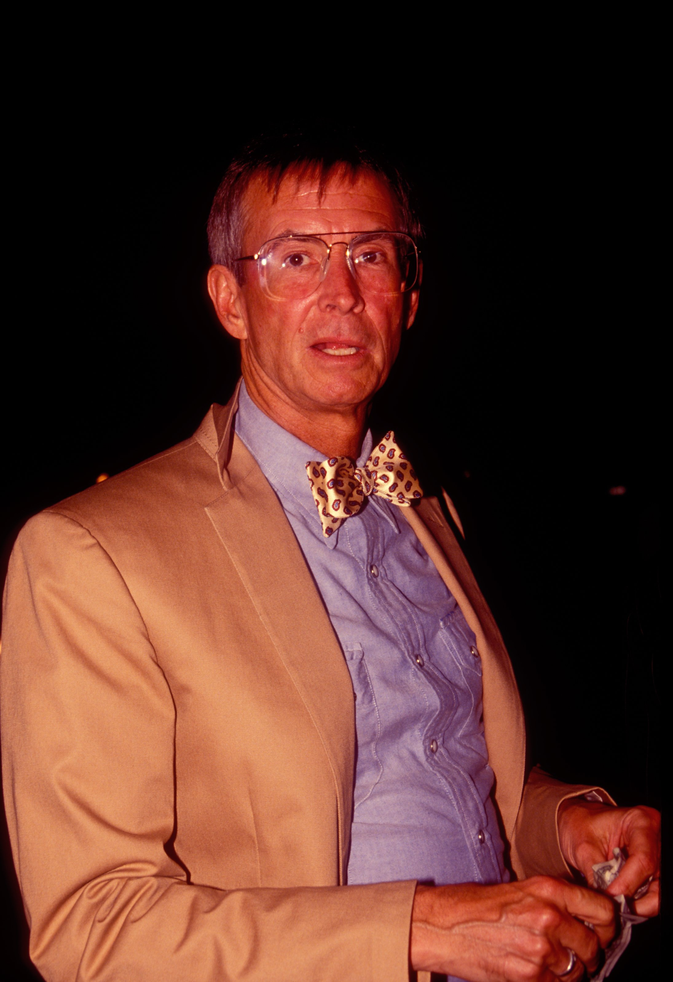 Actor Anthony Perkins leaves Spago restaurant in 1991 in Los Angeles | Photo: Shutterstock