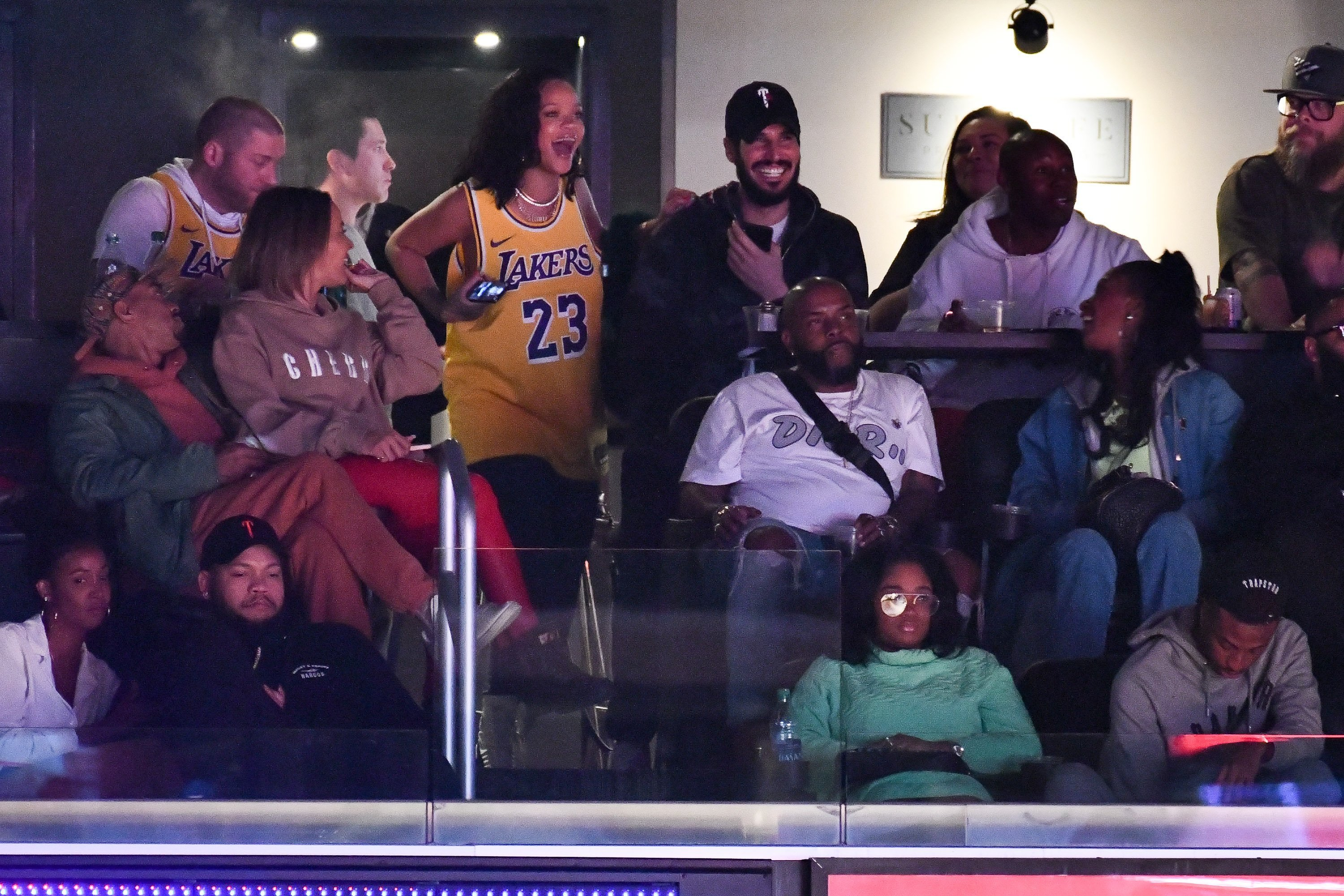 Rihanna rests an arm on her rumored beau, Hassan Jameel, at the Staples Center in Los Angeles on Feb. 21, 2019. | Photo: Getty Images.