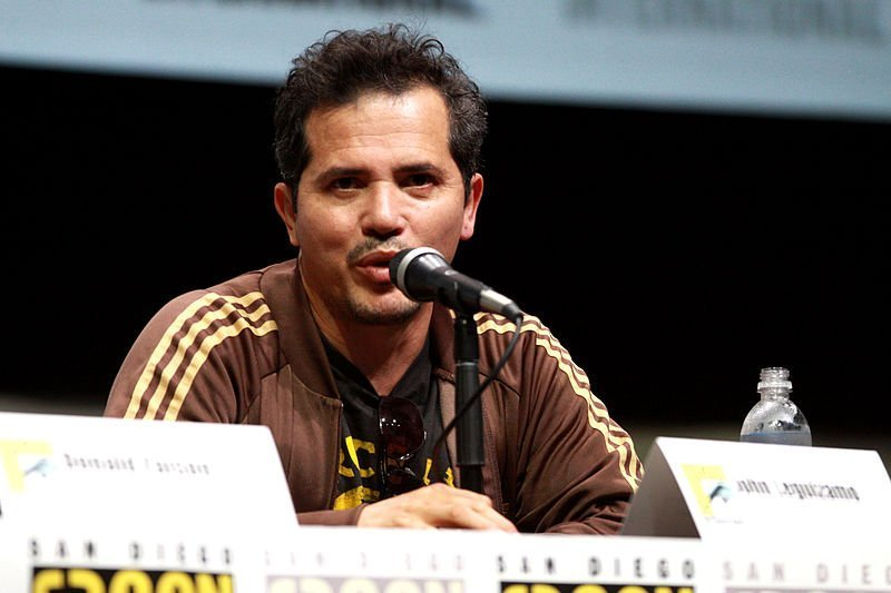 John Leguizamo speaking at the 2013 San Diego Comic Con International. | Source: Wikimedia Commons