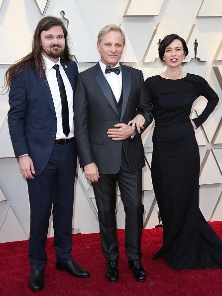 Henry Mortensen, Viggo Mortensen y Ariadna Gil asisten a la 91 entrega anual de los Premios de la Academia en Hollywood y Highland el 24 de febrero de 2019 en Hollywood, California. | Fuente: Getty Images