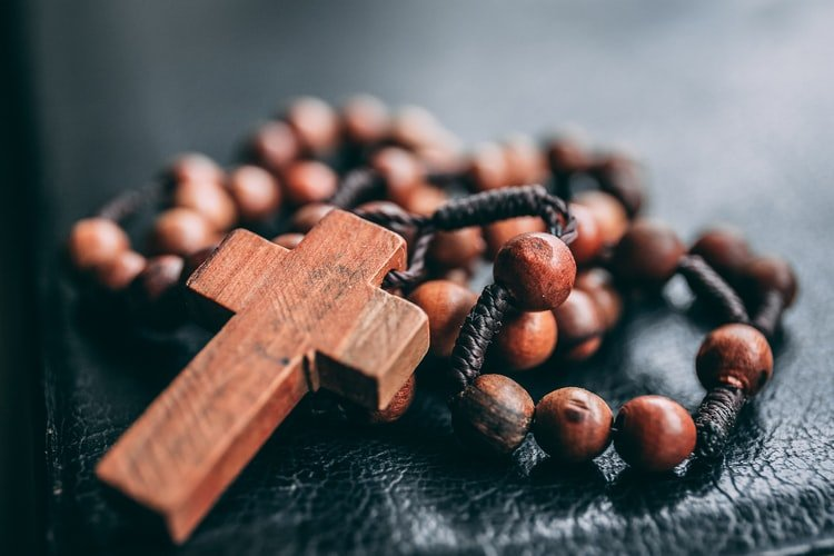 A picture of a rosary used by catholics. | Photo: Unsplash.