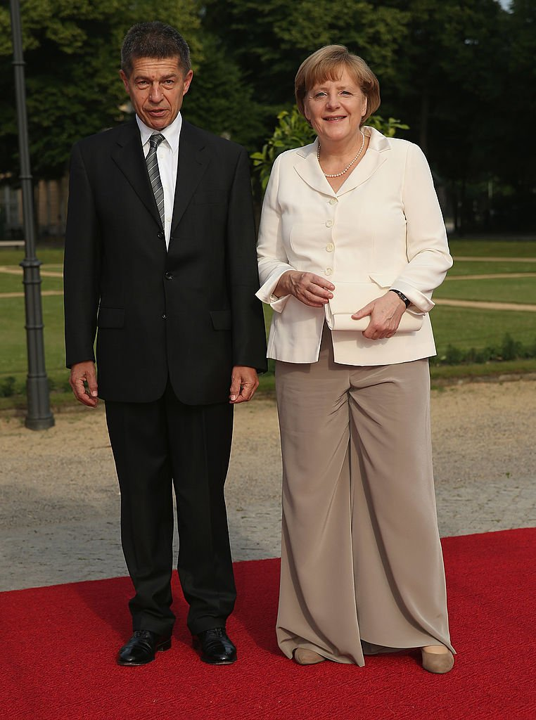 La chancelière allemande Angela Merkel et son mari Joachim Sauer assistent au dîner donné en l'honneur du président américain Barack Obama à l'Orangerie de Schloss Charlottenburg palace le 19 juin 2013 à Berlin, Allemagne. | Photo : Getty Images