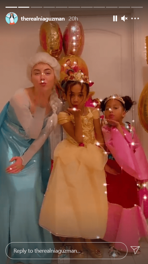 Royalty Brown poses with friends at a princess party. | Photo: Instagram/therealniaguzman