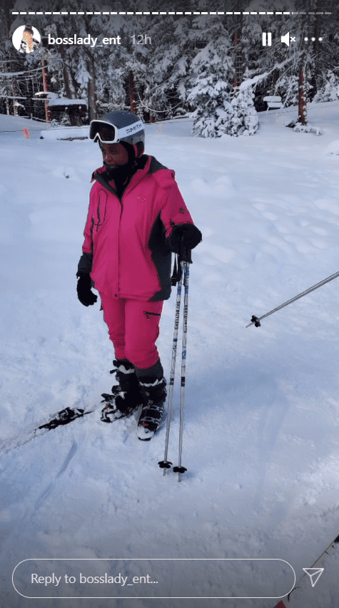 Shante Broadus, seen wearing full skiing equipment and a pink skiing jacket , poses outside in the snow | Photo: Instagram/bosslady_ent
