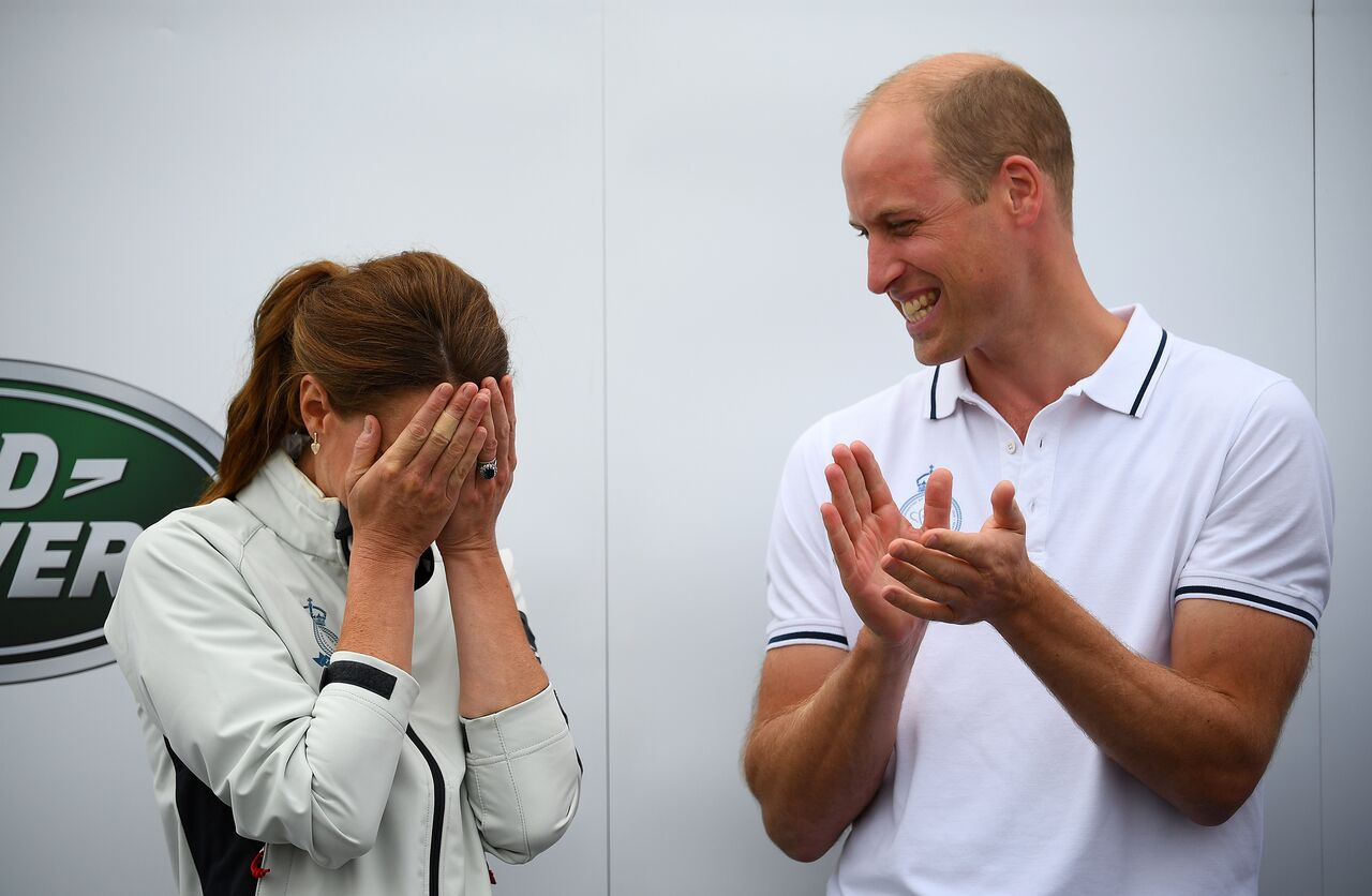 Kate Middleton buries her face in her hands as she is awarded a big wooden spoon at the King's Cup charity race. | Photo : Getty Images