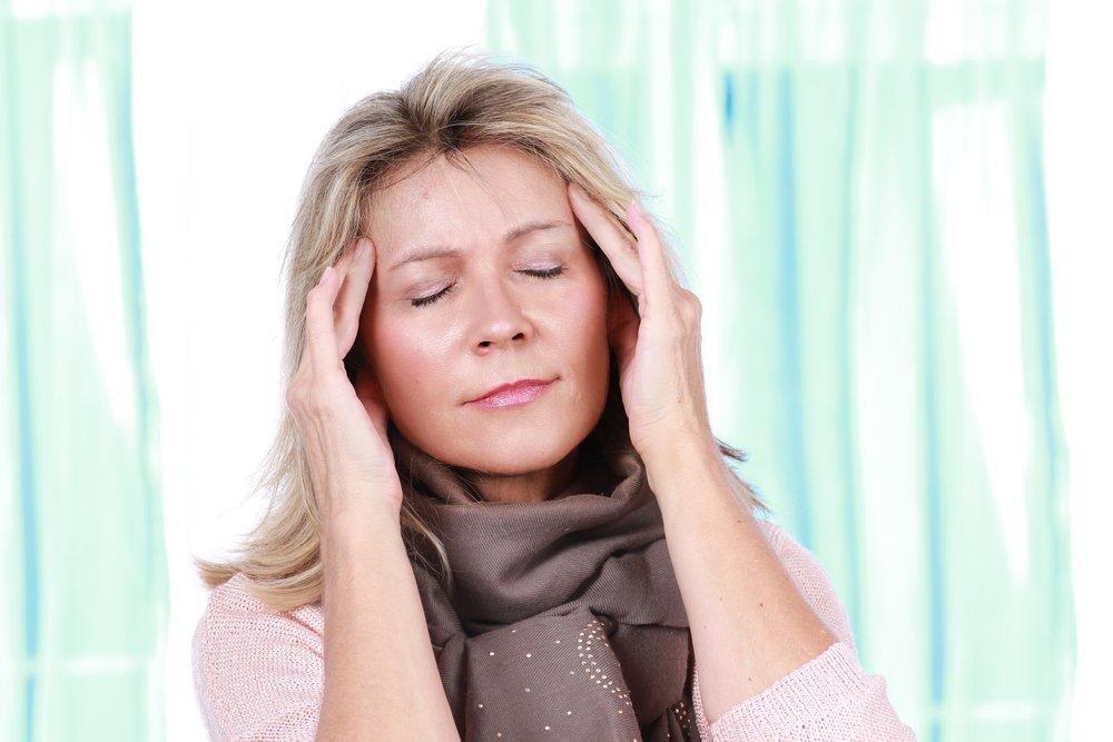 Mujer con migraña se toca la sien.   Foto: Shutterstock