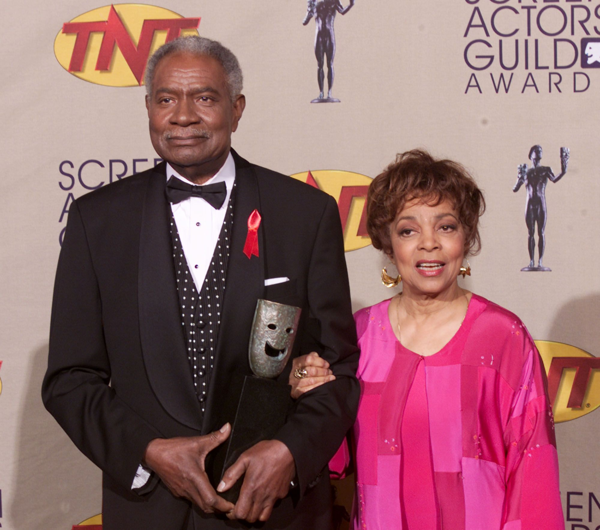 Ossie Davis and Ruby Dee backstage at the 7th Annual Screen Actors Guild Awards at the Shrine Auditorium on March 11, 2001 | Photo: Getty Images
