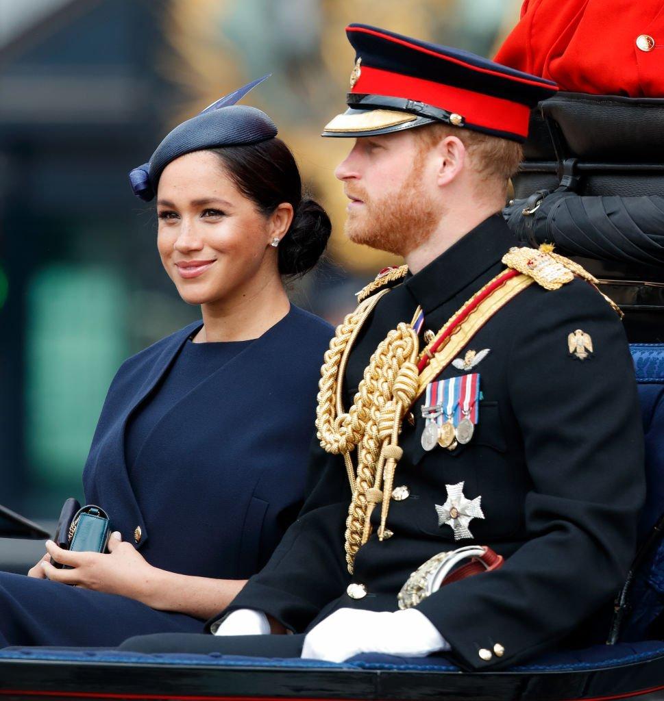 Meghan, duquesa de Sussex y el príncipe Harry, duque de Sussex, viajan por The Mall en un carruaje tirado por caballos durante Trooping The Color, el desfile anual de cumpleaños de la Reina. | Fuente: Getty Images