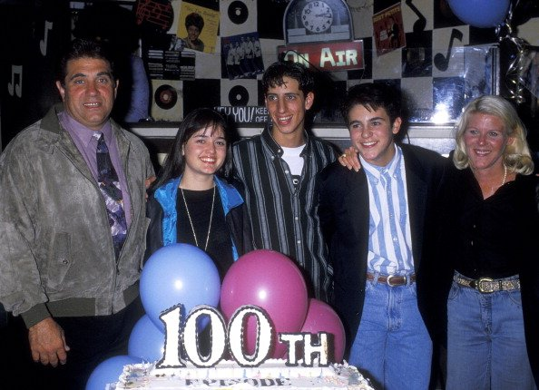 Dan Lauria, Danica McKellar, Josh Saviano, Fred Savage, and Alley Mills on November 11, 1992 at Ed DeBevic's in Beverly Hills, California. | Photo: Getty Images