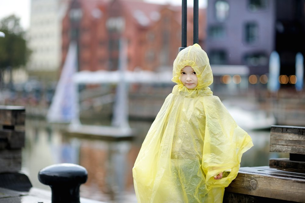 A little girl wearing a yellow raincoat | Photo: Shutterstock