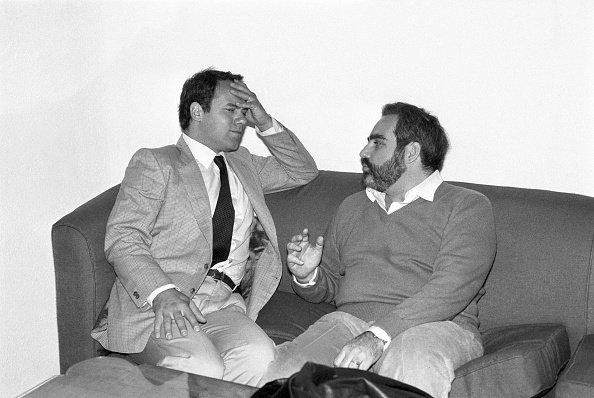 Deux hommes qui parlent. | Photo : Getty Images