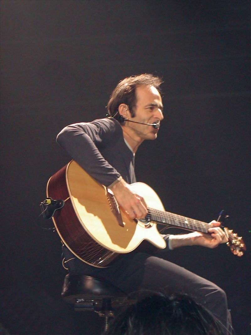 Jean-Jacques Goldman, pendant un concert le 4 mai 2002 2002 au Zénith de Paris | Photo : Wikimedia commons.