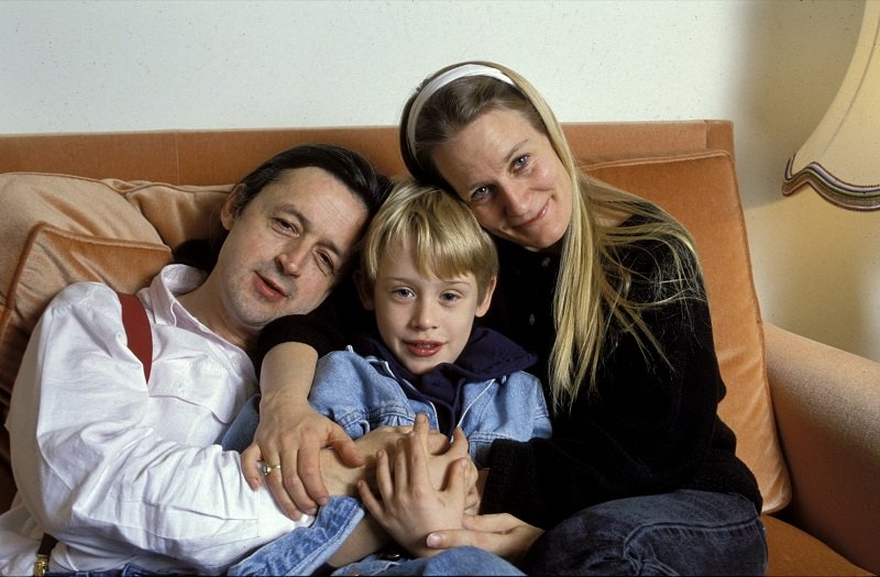 Macaulay Culkin with his mother, Patricia, and his father, Kit, on December 11, 1990 in Paris, France | Photo: Getty Images