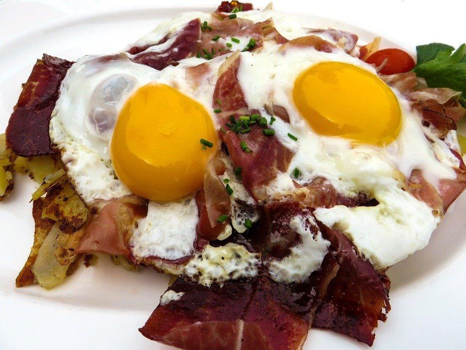 Frühstück mit Ei und Speck | Quelle: Pixabay