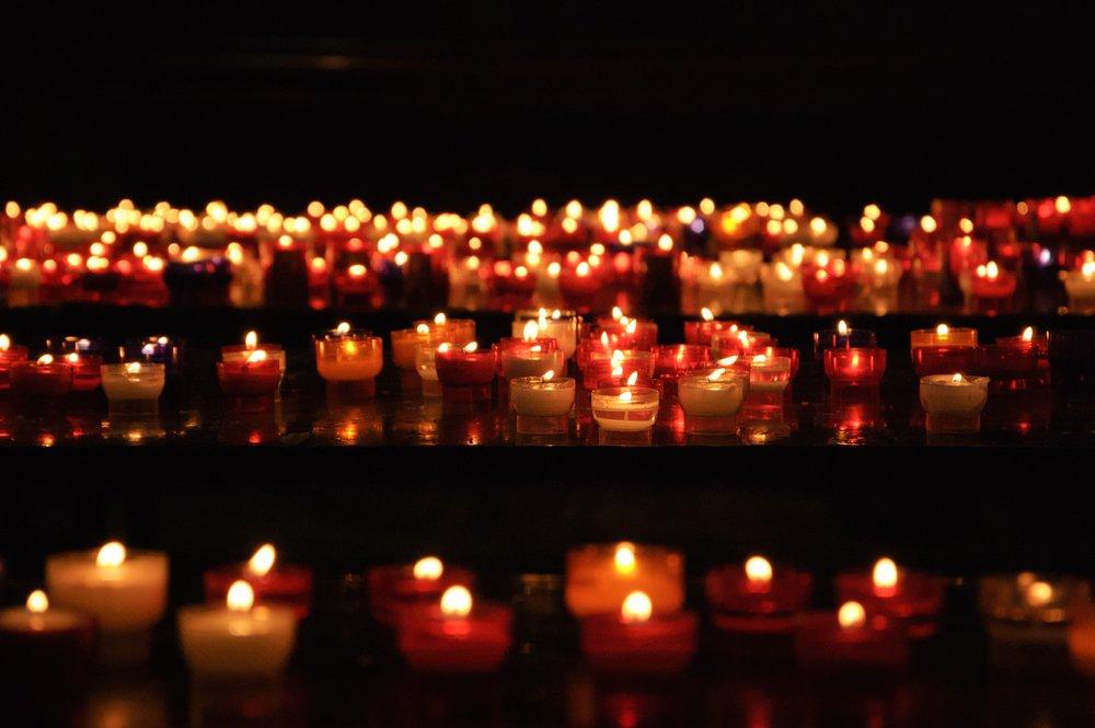 Velas encendidas en una iglesia.| Fuente: Shutterstock