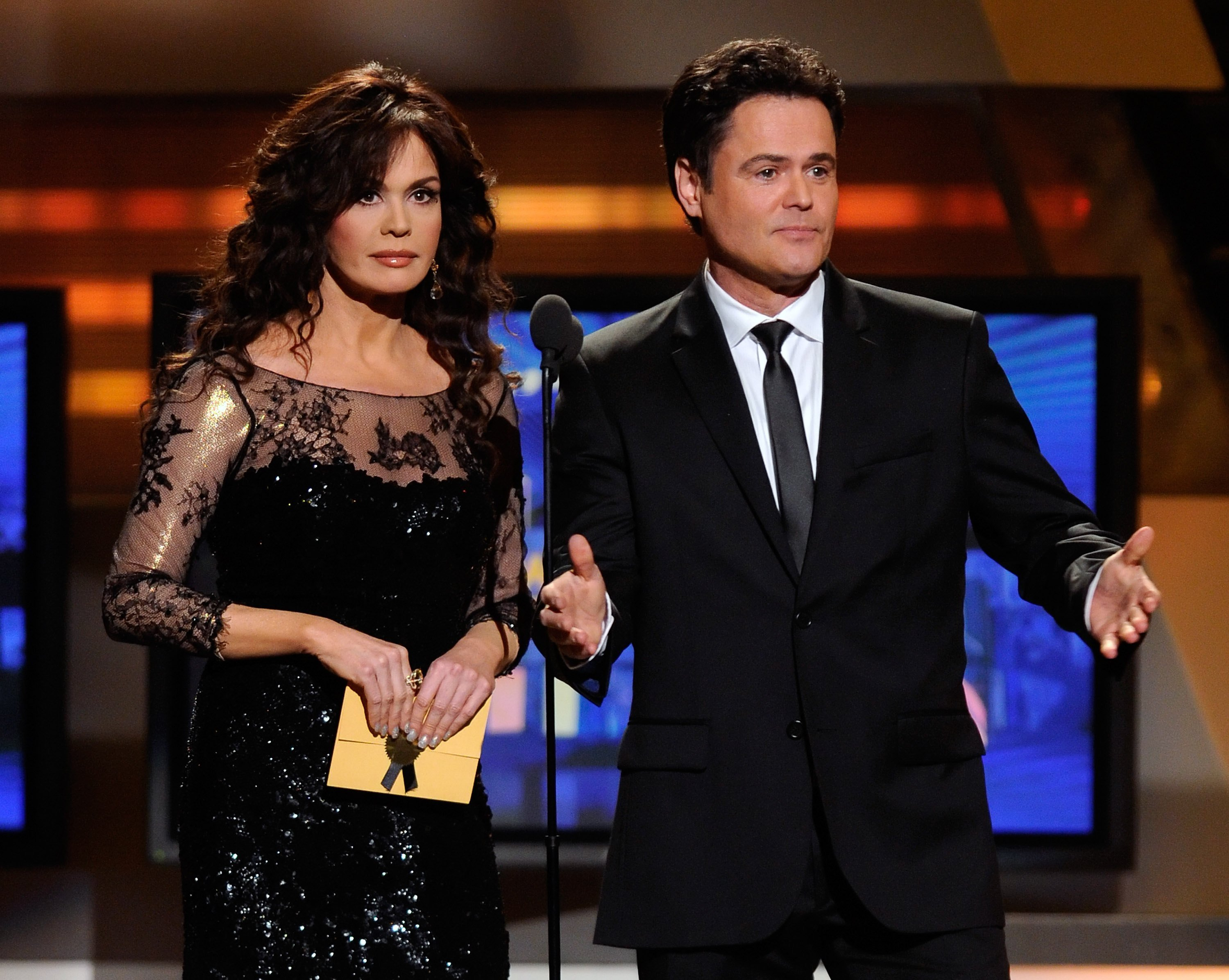Marie and Donny Osmond during a 2011 awarding ceremony in Las Vegas. | Photo: Getty Images