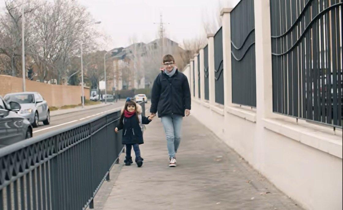 Hermanos caminando.| Imagen tomada de: YouTube/Down España