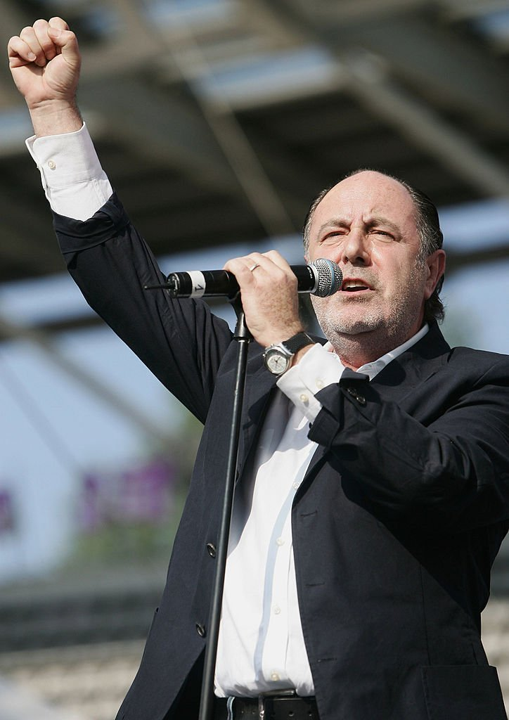 Le chanteur français Michel Delpech, Ségolène Royal, le 1er mai 2007 au stade Charlety à Paris. | Photo : Getty Images.