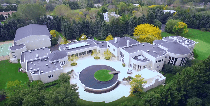 Michael Jordan's house in Highland Park, Chicago | Source: YouTube/TheAgencyRE