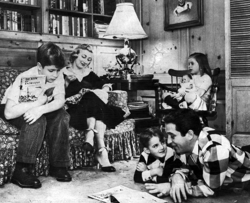The Comos at home, circa 1955   Photo: Wikimedia Commons