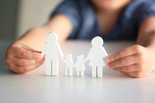 Figurine d'enfant en forme de famille heureuse. | Source : Shutterstock