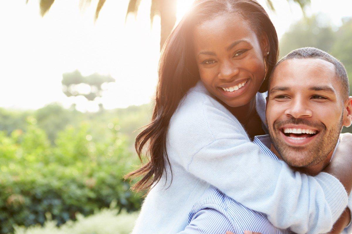 Mujer sonriente abrazando a su feliz pareja. | Imagen: PxHere
