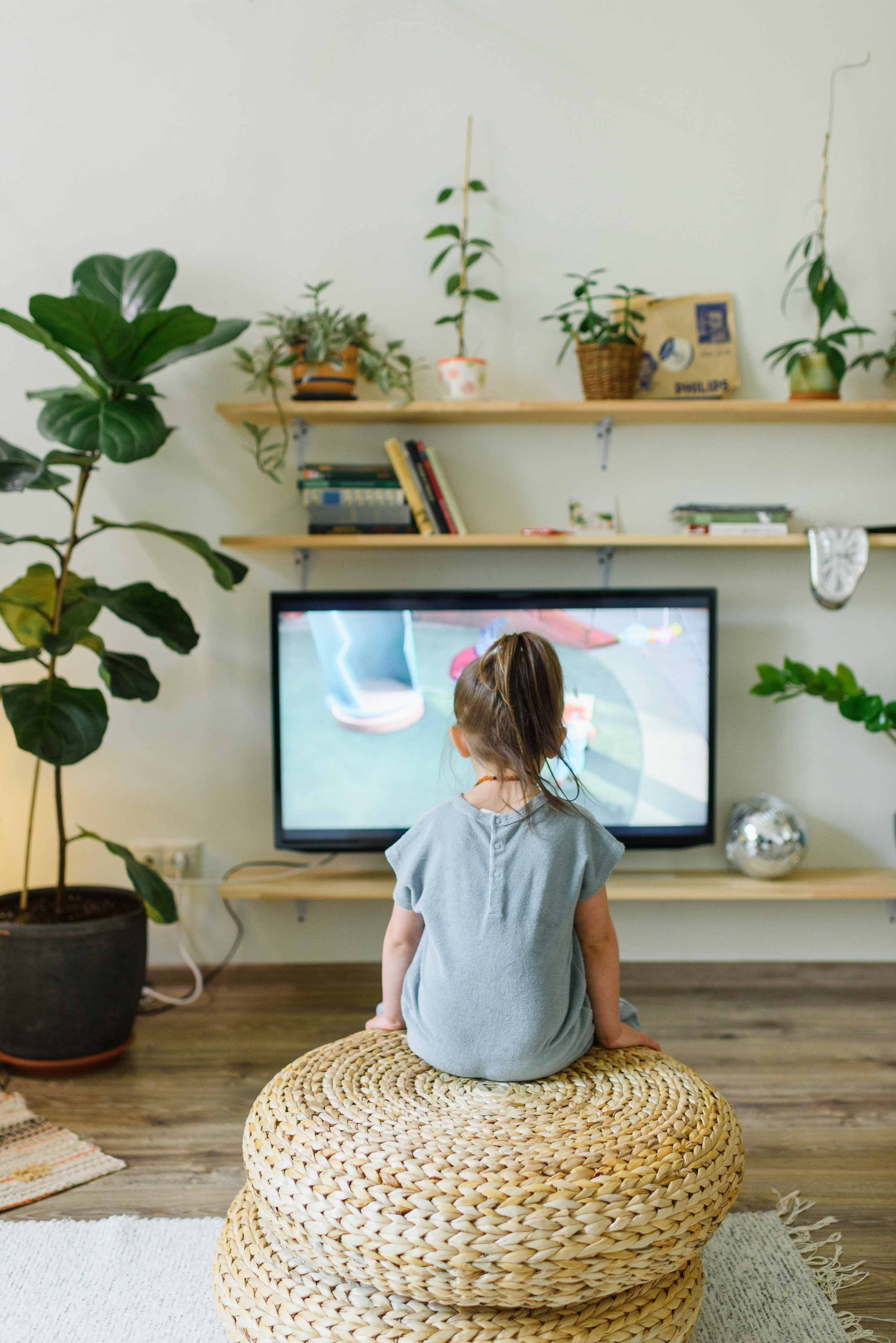 Girl watching television | Photo: Pexels