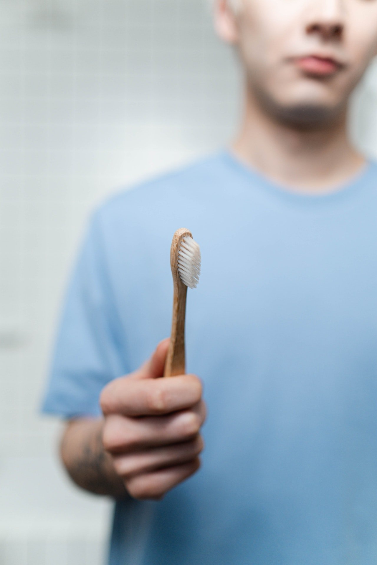 Photo of a man holding a toothbrush | Photo: Pexels