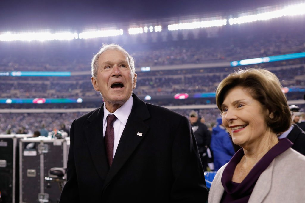 Former President Geroge W. Bush and former first lady Barbara Bush smile before the Philadelphia Eagles take on the Dallas Cowboys at Lincoln Financial Field on November 11, 2018. | Photo: Getty Images