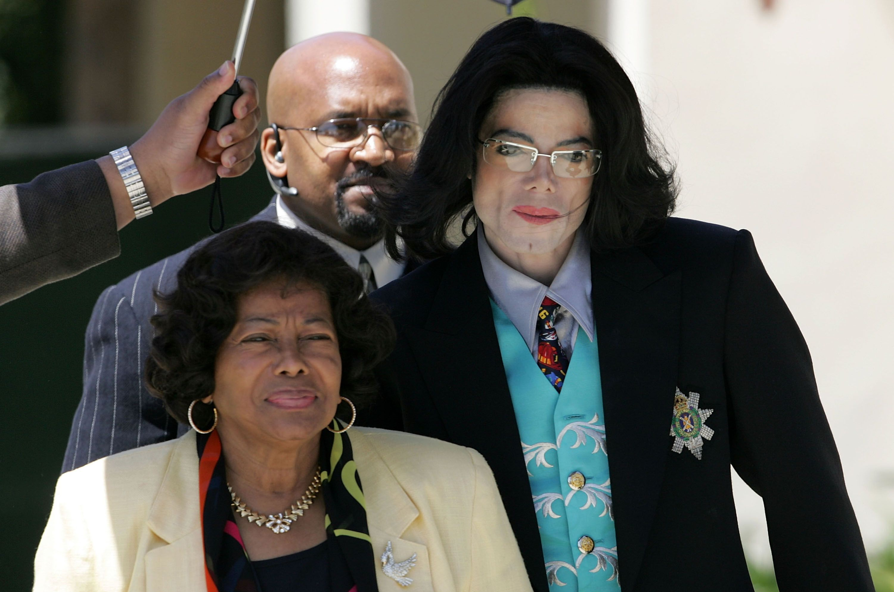Michael Jackson at the Santa Barbara County Courthouse with his mother Katherine Jackson for the proceedings in his child molestation trial in 2005 | Source: Getty Images
