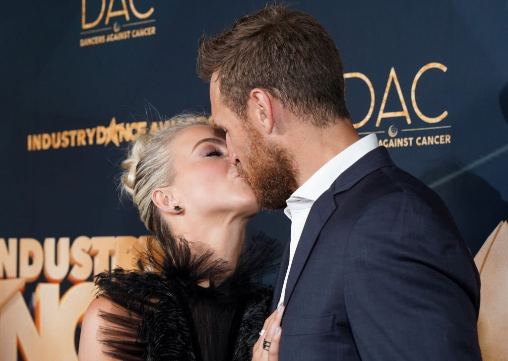 Julianne Hough and her husband Brooks Laich kiss on the red carpet at the Industry Dance Awards at Avalon Hollywood, on August 14, 2019, in Los Angeles, California | Source: Getty Images
