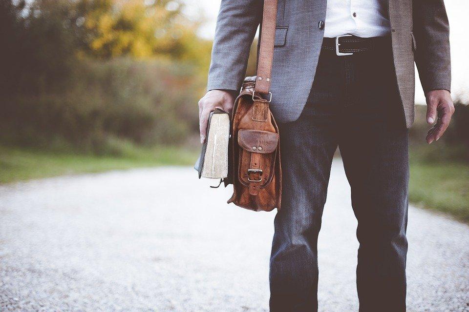 Un enseignant qui porte un bandoulière. | Photo : Pixabay