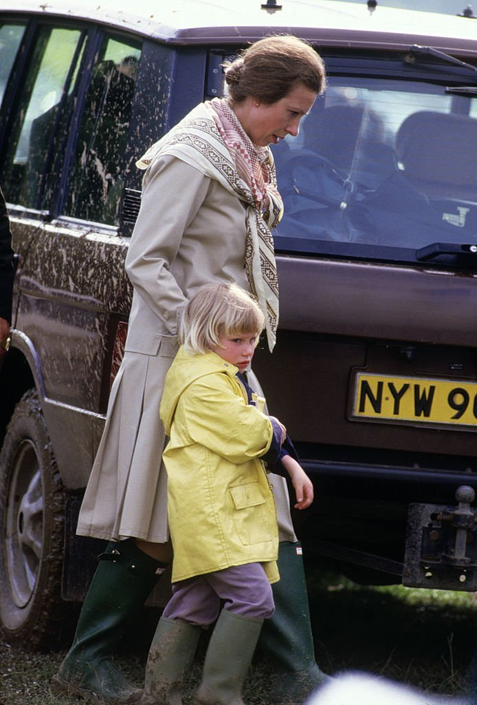 La princesse Anne avec sa fille Zara Phillips au Windsor Horse Trials le 29 mai 1988, à Windsor Great Park, Windsor, Berkshire, Angleterre.  |  Source: Getty Images.