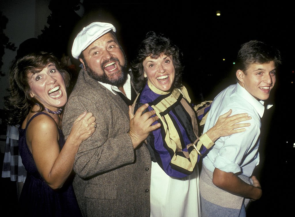 Ruth Buzzi, Dom DeLuise, wife Carol DeLuise and son Peter DeLuise on August 24, 1983 at the Hard Rock Cafe | Photo: Getty Images