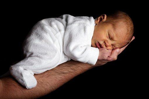 Bébé dans le bras d'un homme. | Pixabay