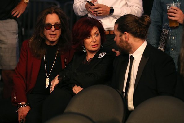 Ozzy Osbourne, Sharon Osbourne et Jack Osbourne assistent au match de boxe super welters entre Floyd Mayweather Jr. et Conor McGregor | Photo: Getty Images