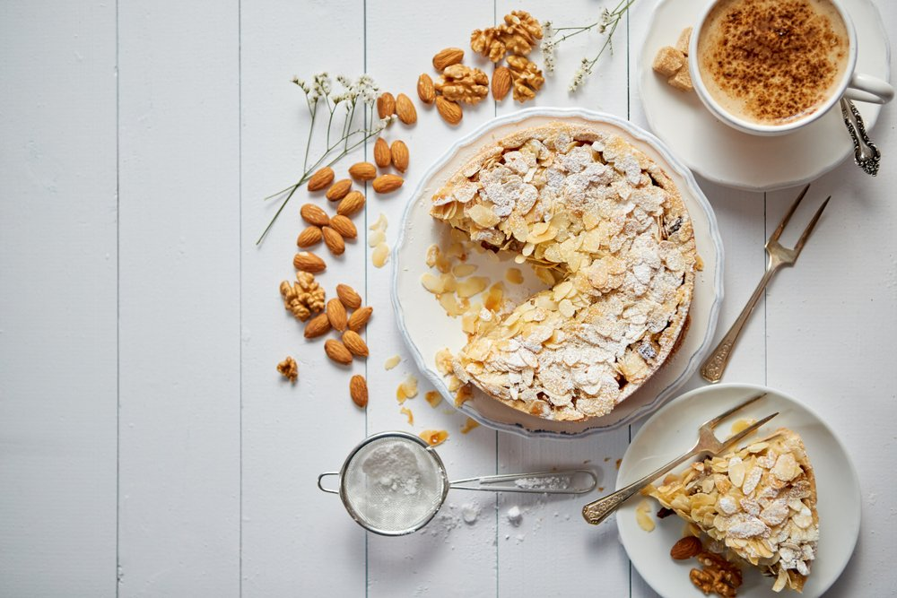 A delicious cake tart with almond flakes served on wooden table. | Photo: Shutterstock.