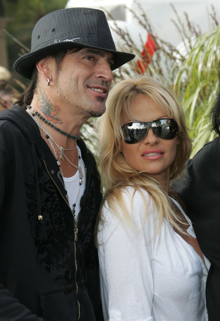 Tommy Lee and actress Pamela Anderson durimg John Paul DeJoria's annual pa |rty to thank star friends for their charitable work on December 24, 2005 in Malibu, California | Photo: GettyImages