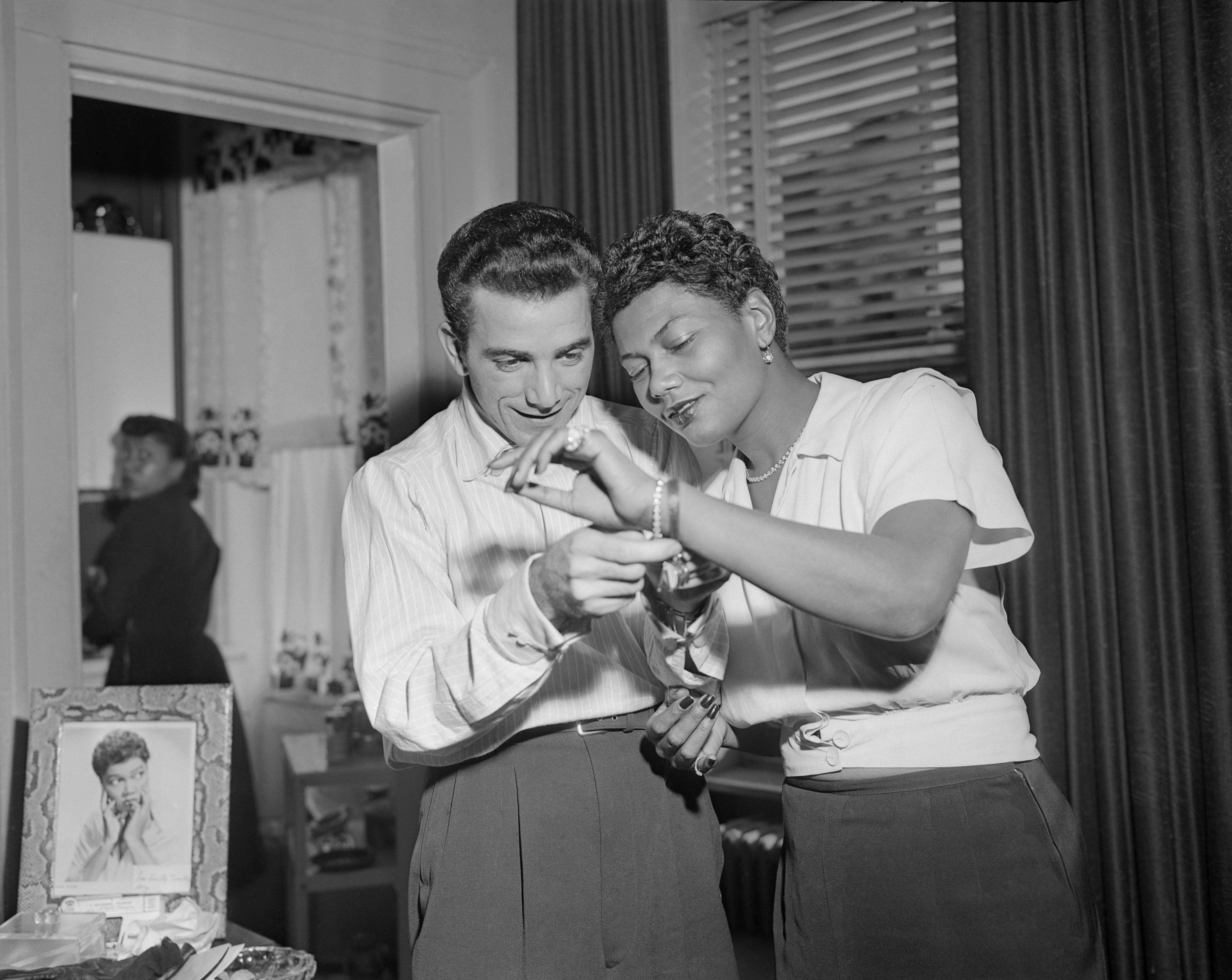 Pearl Bailey and Louie Bellson Jr. pictured at their home in London, November 29, 1952 | Photo: Getty Images