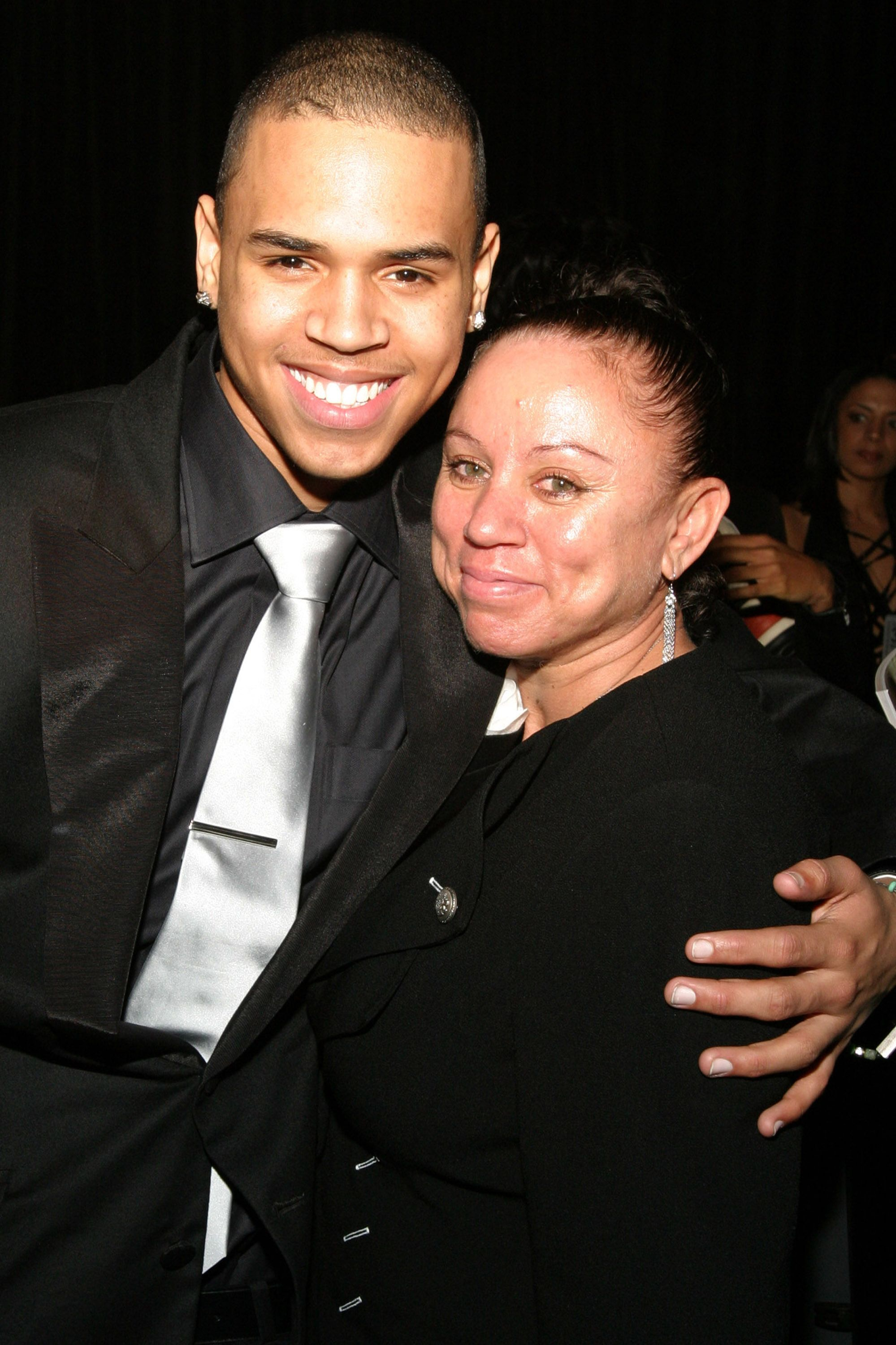 Chris Brown with his mother Joyce Hawkins at the the 37th Annual NAACP Image Awards 1n 2005 in California | Source: Getty Images