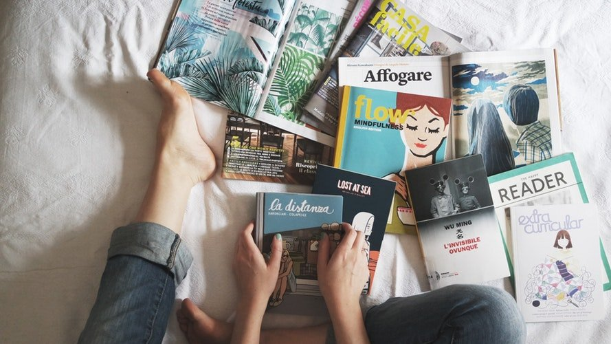 Quelqu'un qui lit un magazine | Photo : Unsplash
