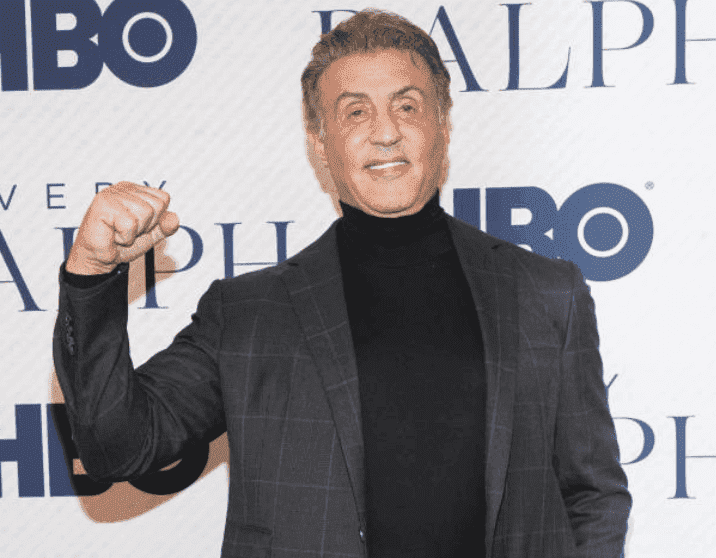 "Sylvester Stallone pose avec son poing en l'air lors de la première du film documentaire HBO ""Very Ralph"", le 11 novembre 2019, à Beverly Hills, Californie 