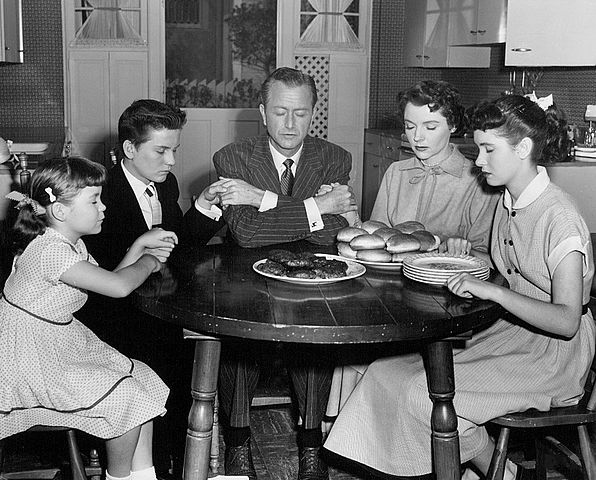 The Andersons at Thanksgiving in 1954 from the television program Father Knows Best. Fro left-Lauren Chapin, Billy Gray, Robert Young, Jane Wyatt, and Elinor Donahue. | Source: Wikimedia Commons.