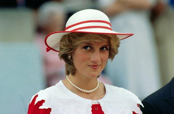 Diana, princesse de Galles, porte une tenue aux couleurs du Canada lors d'une visite officielle à Edmonton   Photo : Getty Images