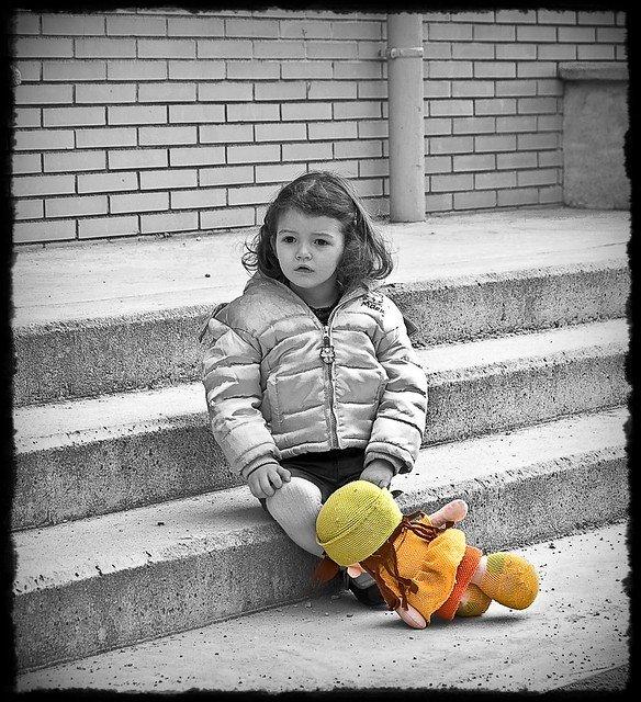 Une petite fille abandonnée.   Photo : Flickr