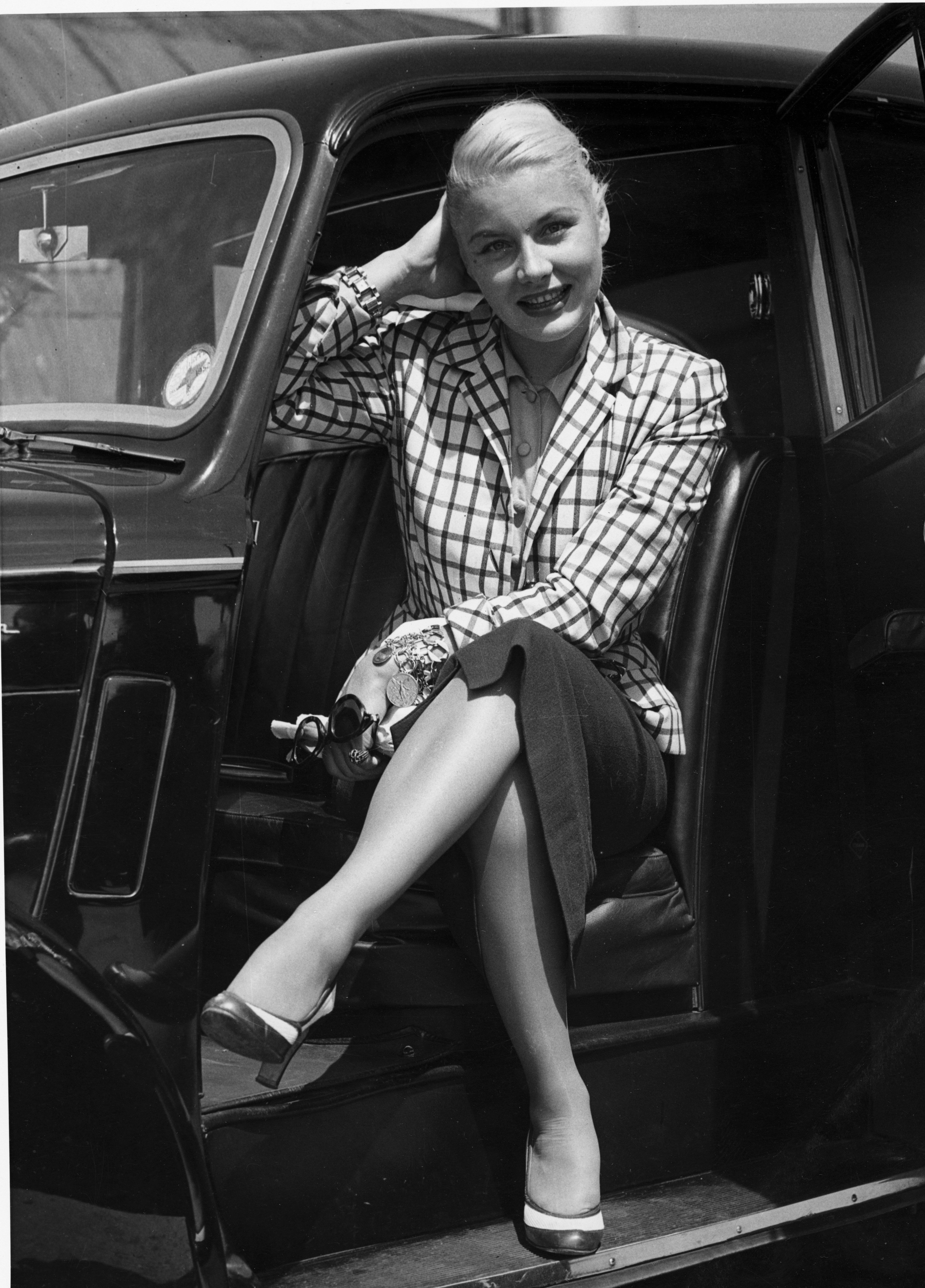 Barbara Payton posing in a car, July 1952. | Photo: Getty Images